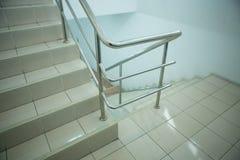Συγκεκριμένη σκάλα με το κιγκλίδωμα χάλυβα Στοκ φωτογραφία με δικαίωμα ελεύθερης χρήσης