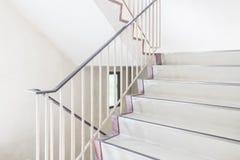 Συγκεκριμένη σκάλα με το μεταλλικό κιγκλίδωμα Στοκ φωτογραφία με δικαίωμα ελεύθερης χρήσης