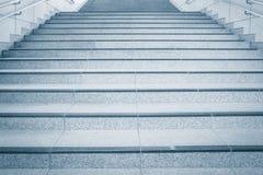 Συγκεκριμένη σκάλα με το μεταλλικό κιγκλίδωμα Στοκ εικόνα με δικαίωμα ελεύθερης χρήσης