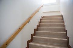 Συγκεκριμένη σκάλα με το ξύλινο κιγκλίδωμα Στοκ Εικόνες