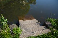 Συγκεκριμένη σκάλα που έρχεται στο νερό Στοκ Εικόνες