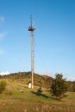 Συγκεκριμένη υποστήριξη με τις κεραίες τηλεπικοινωνιών Κυψελοειδής πύργος στην αγριότητα Στοκ Εικόνες