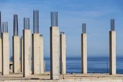 Συγκεκριμένοι στυλοβάτες με τη θάλασσα στο υπόβαθρο στοκ φωτογραφίες
