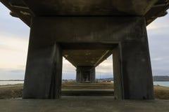 Συγκεκριμένοι σωροί της πρόσφατα κατασκευασμένης γέφυρας Στοκ φωτογραφία με δικαίωμα ελεύθερης χρήσης