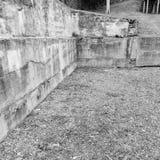 Συγκεκριμένοι τοίχος και αμμοχάλικο γωνιών Στοκ εικόνες με δικαίωμα ελεύθερης χρήσης