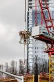 Συγκεκριμένος κάδος με το γερανό και το εταιρικό κτήριο Στοκ εικόνες με δικαίωμα ελεύθερης χρήσης
