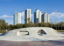 Συγκεκριμένο γλυπτό σε ένα πάρκο με τα επίπεδα στο υπόβαθρο, Yantai, Κίνα στοκ φωτογραφία με δικαίωμα ελεύθερης χρήσης