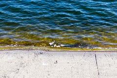 Συγκεκριμένο φράγμα σε μια δεξαμενή στη φύση Στοκ Εικόνες