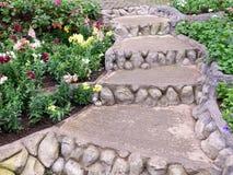 Συγκεκριμένο staricase πετρών κατά μήκος της σειράς λουλουδιών στοκ εικόνες