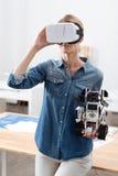Συγκεντρωμένη γυναίκα που χρησιμοποιεί τις ψηφιακές συσκευές στο εσωτερικό Στοκ φωτογραφία με δικαίωμα ελεύθερης χρήσης