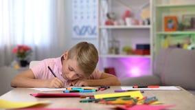 Συγκεντρωμένη εικόνα σχεδίων αγοριών, ελεύθερος χρόνος εξόδων, σχολικό μάθημα τέχνης, χόμπι στοκ εικόνες με δικαίωμα ελεύθερης χρήσης