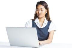 Συγκεντρωμένη επιχειρηματίας που χρησιμοποιεί ένα lap-top Στοκ φωτογραφία με δικαίωμα ελεύθερης χρήσης