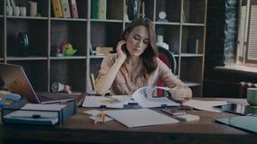 Συγκεντρωμένη επιχειρησιακή γυναίκα που εξετάζει την επιχειρησιακή γραφική παράσταση Προγραμματισμός επένδυσης φιλμ μικρού μήκους