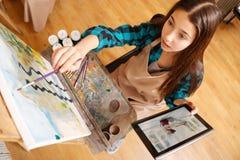 Συγκεντρωμένη ζωγραφική κοριτσιών στο στούντιο τέχνης Στοκ Φωτογραφία