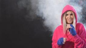 Συγκεντρωμένη ξανθή kickboxing γυναίκα στην κατάρτιση στο στούντιο ικανότητας, σε αργή κίνηση κατάρτιση σκληρά φιλμ μικρού μήκους