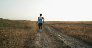 Συγκεντρωμένος αθλητής στην έναρξη Ο αθλητικός τύπος αποφάσισε να κερδίσει Αθλητής που προετοιμάζεται για το τρέξιμο τρέχοντας αθ απόθεμα βίντεο