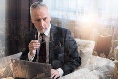 Συγκεντρωμένος αρσενικός επιχειρηματίας που σκέφτεται για τη νέα επιχειρησιακή στρατηγική Στοκ εικόνες με δικαίωμα ελεύθερης χρήσης