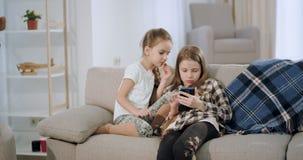Συγκεντρωμένος δύο μικρές αδελφές έχει έναν χρόνο διασκέδασης που παί απόθεμα βίντεο