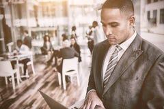 Συγκεντρωμένος επιχειρηματίας που χρησιμοποιεί το lap-top Στοκ φωτογραφία με δικαίωμα ελεύθερης χρήσης