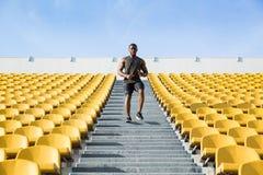 Συγκεντρωμένος νεαρός άνδρας που τρέχει κάτω Στοκ εικόνες με δικαίωμα ελεύθερης χρήσης