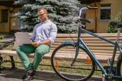 Συγκεντρωμένος περιστασιακός επιχειρηματίας που εργάζεται με το lap-top σε ένα διάλειμμα Στοκ φωτογραφία με δικαίωμα ελεύθερης χρήσης