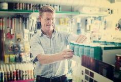 Συγκεντρωμένος πελάτης ατόμων που επιλέγει τον κάδο χρωμάτων στην υπεραγορά Στοκ φωτογραφία με δικαίωμα ελεύθερης χρήσης
