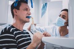 Συγκεντρωμένο άτομο brunette που κάνει την των ακτίνων X εικόνα των δοντιών στοκ εικόνα με δικαίωμα ελεύθερης χρήσης