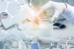 Συγκεντρωμένο εκμετάλλευση λατέξ επιστημόνων στα μπουκάλια φιαλών γυαλιού, ερευνητική έννοια στοκ εικόνες