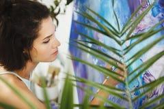 Συγκεντρωμένο κορίτσι που στρέφεται στη δημιουργική τέχνη-κάνοντας διαδικασία στη θεραπεία τέχνης στοκ εικόνες