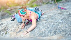 Συγκεντρωμένο κορίτσι σε μια μετάβαση αναρρίχησης βράχου Στοκ φωτογραφία με δικαίωμα ελεύθερης χρήσης