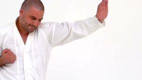 Συγκεντρωμένο karate άσκησης ατόμων φιλμ μικρού μήκους