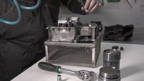 Συγκεντρώνοντας ένα σύγχρονο αυτοκίνητο κιβώτιο ταχυτήτων μετά από να αντικαταστήσει το συσσωρευτή, ρομποτικό απόθεμα βίντεο