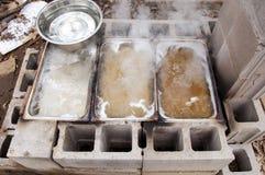 Συγκεντρώσεις σφρίγους σφενδάμνου που βράζουν κάτω στο γλυκό σπιτικό σιρόπι στον εξατμιστήρα κατωφλιών Στοκ Εικόνα