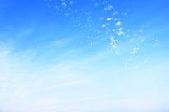 συγκεχυμένα και μαλακά σύννεφα στο μπλε ουρανό Στοκ Εικόνα