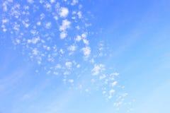 συγκεχυμένα σύννεφα στο μπλε ουρανό Στοκ Φωτογραφία
