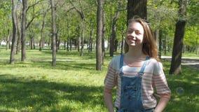 Συγκινήσεις ενός έφηβη Ένα έφηβη με τις φακίδες γελά στο πάρκο Κορίτσι στη φύση με τις φυσαλίδες σαπουνιών απόθεμα βίντεο