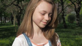 Συγκινήσεις ενός έφηβη Το πρόσωπο κοριτσιών ` s είναι κινηματογράφηση σε πρώτο πλάνο Ένα όμορφο πρόσωπο με τις φακίδες φιλμ μικρού μήκους