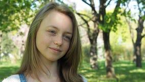 Συγκινήσεις ενός έφηβη Το πρόσωπο κοριτσιών ` s είναι κινηματογράφηση σε πρώτο πλάνο Ένα όμορφο πρόσωπο με τις φακίδες απόθεμα βίντεο