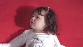 Συγκινήσεις ενός όμορφου μικρού κοριτσιού απόθεμα βίντεο