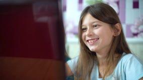 Συγκινήσεις παιδιών κατά τη διάρκεια της κινηματογράφησης σε πρώτο πλάνο παιχνιδιών στον υπολογιστή παιχνιδιού φιλμ μικρού μήκους
