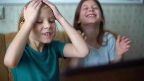 Συγκινήσεις παιδιών κατά τη διάρκεια των παίζοντας παιχνιδιών στον υπολογιστή απόθεμα βίντεο
