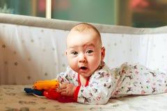 Συγκινήσεις παιδιών ` s το μωρό μαθαίνει να παίζει Στοκ φωτογραφία με δικαίωμα ελεύθερης χρήσης