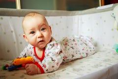 Συγκινήσεις παιδιών ` s το μωρό μαθαίνει να παίζει Στοκ Εικόνες