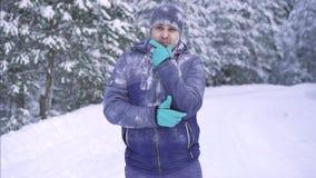 Συγκινήσεις σε ένα άτομο στο χειμερινό δασικό, σκεπτικό παγωμένο άτομο απόθεμα βίντεο
