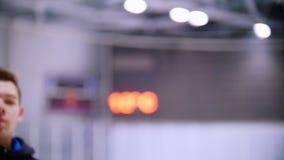 Συγκινήσεις στα πρόσωπα των παικτών χόκεϋ κατά τη διάρκεια ενός παιχνιδιού του χόκεϋ πάγου απόθεμα βίντεο