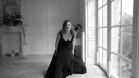 Συγκινήσεις, συναισθήματα και πνευματική εμπειρία Νέα κοκκινομάλλης γυναίκα που χαμογελά, που γελά και που πηδά για τη χαρά φιλμ μικρού μήκους