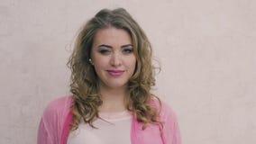 Συγκινήσεις 2 της όμορφης γυναίκας απόθεμα βίντεο