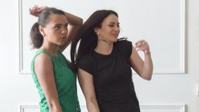 Συγκινήσεις των διαφορετικών γυναικών στο στούντιο απόθεμα βίντεο