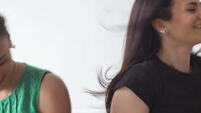 Συγκινήσεις των διαφορετικών γυναικών στο στούντιο φιλμ μικρού μήκους