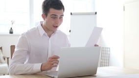 Συγκινημένα αποτελέσματα εορτασμού επιχειρηματιών κατά τη διάρκεια της γραφικής εργασίας στην εργασία φιλμ μικρού μήκους